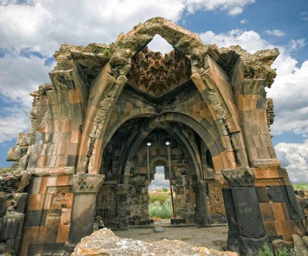 Surp Hripsime – Bakireler Kilisesi ve Manastırı